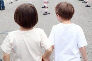 bambini_spalle_strada_fg