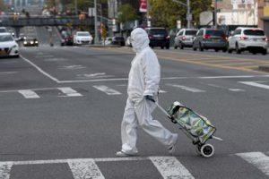newyork_passante_coronavirus_afp
