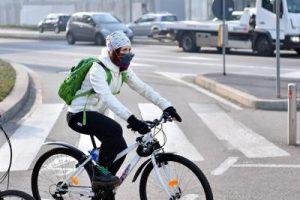 donna_bicicletta_mascherina_smog_fg