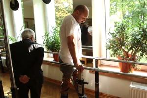 Uomo paralizzato torna a camminare dopo un trapianto di for Uomo sulla sedia a rotelle